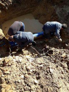 Dëmtohet tubi fi 200 mm nga investitorë privat