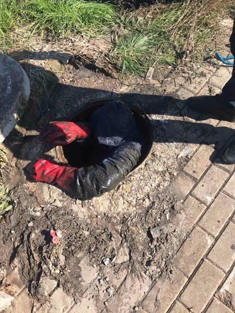 """Menjëherë u zhbllokua puseta e kanalizimit në rrugën """" Rrustem Statovci"""" në Prishtinë, nga ekipet e mirëmbajtjes së rrjetit të ujërave të zeza."""
