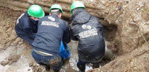 """Dëmtohet gypi i ujit me diametër fi 200 mm mbi  lagjen """" Lakrishte """" te stacioni i vjetër i trenit, në Prishtinë"""