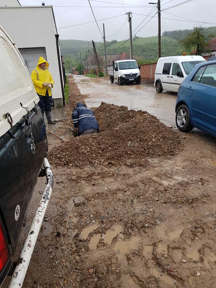 Ekipet e mirëmbajtjes së rrjetit të ujit dhe makinerisë në terren duke realizuar intervenime të domosdoshme,