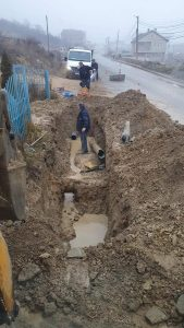 """Vazhdon sanimi i defektit të gypit në rrugën """"Bajram Bahtiri"""""""