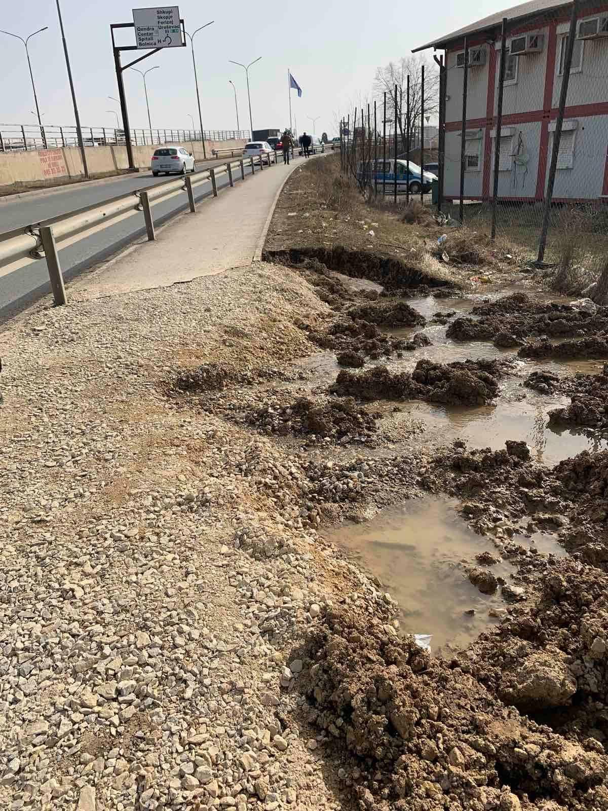 """Rrjedhja e ujit në lagjen """"Kalabria"""" në Prishtinë."""