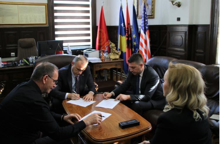 """UP-ja nënshkruan marrëveshje bashkëpunimi me KRU """"Prishtina"""",  për angazhimin e studentëve në punë praktike."""